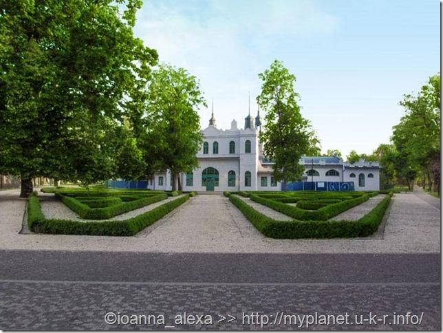 Какое-то здание возле входа в Городской парк (Mestský Park) в Кошице