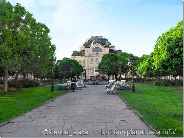 Зеленая зона на Главной улице и Кошицкий государственный театр на заднем плане
