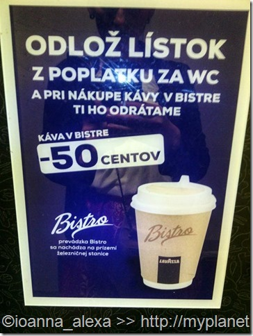 Плакатик, информирующий, что предъявитель чека из туалета может купить кофе в Бистро на 50 евроцентов дешевле