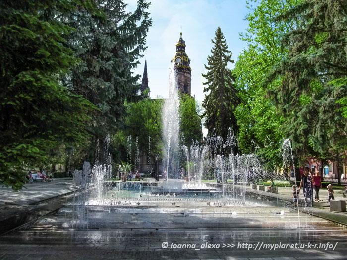 Тот же фонтан на фоне Собора Святой Елизаветы Венгерской