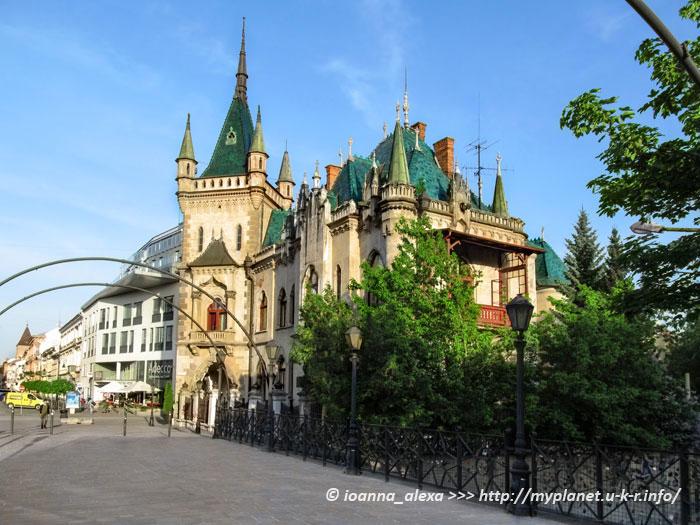 Якабов Дворец, или Jakabov palác – вид с моста влюбленных