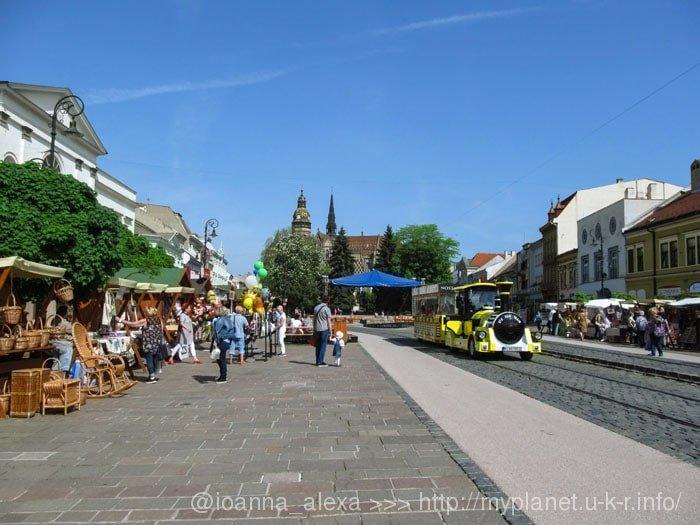 Праздничная весенняя ярмарка на Главной улице в Кошице