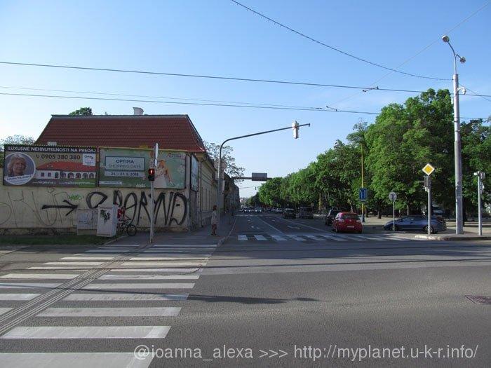 Уродливое граффити на ограде какого-то здания в Кошице