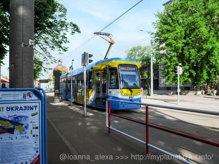 Красивый современный трамвай в цветах городского флага, немного напоминающих флаг Украины :)