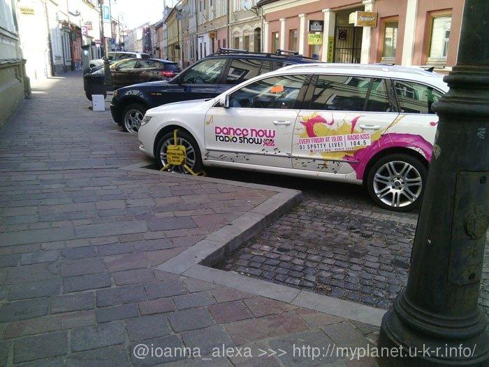 Заблокированный полицией автомобиль на одной из улиц Старого города Кошице
