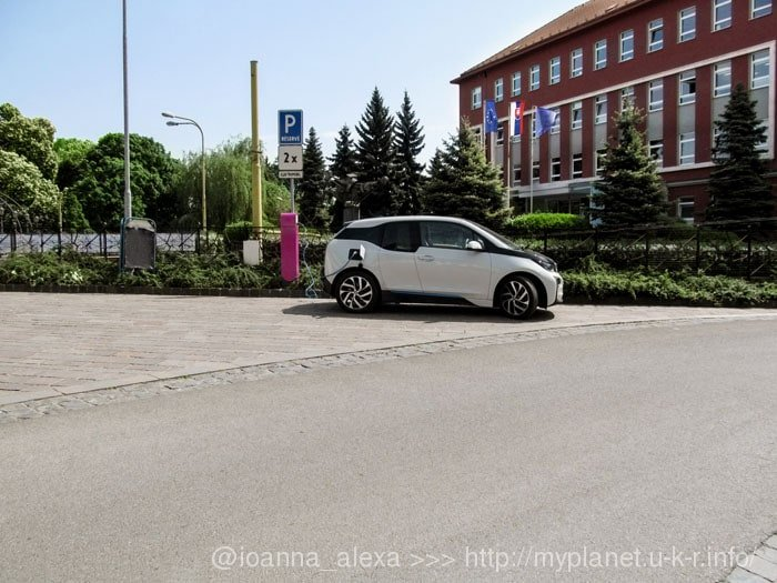 Электромобиль на заправке возле Дворца Якаба
