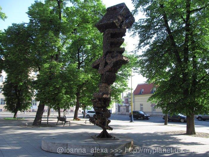 Пражская скульптура «Revoluce» в честь «Бархатной революции» 1989 года