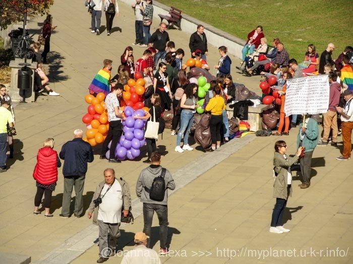 Люди собираются на гей-парад в Люблине, октябрь 2018 г.