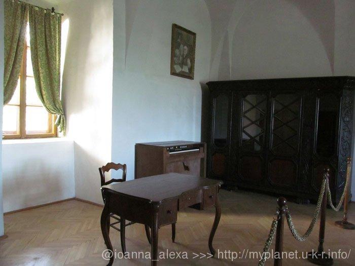 Старинный письменный стол и шкаф