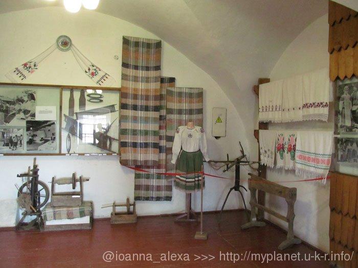 Украинские рушныки, женская одежда и старинный «ткацкий станок»