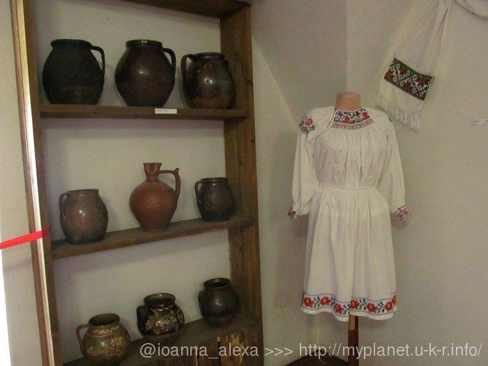 Еще женское платье и глиняная посуда