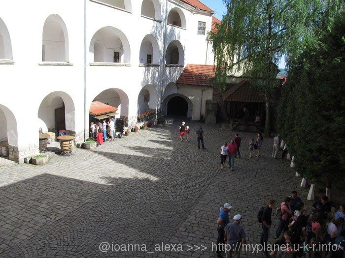 Туристы наслаждаются атмосферой средневековой крепости в Верхнем дворе Замка Паланок