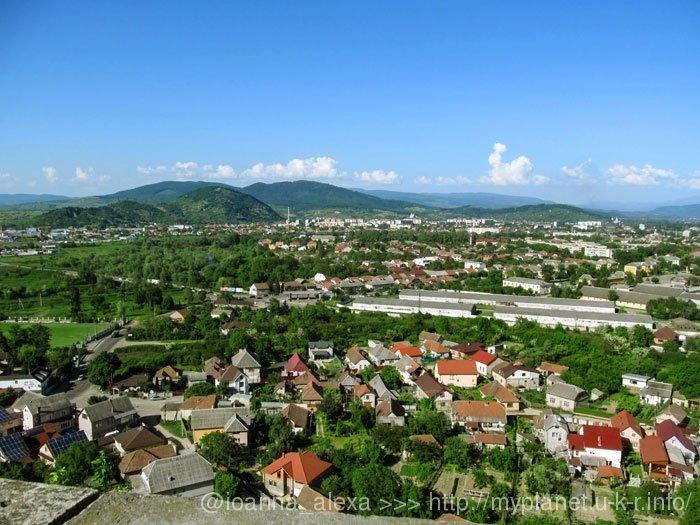 Красивая панорама Закарпатского городка Мукачево - вид из замка Паланок