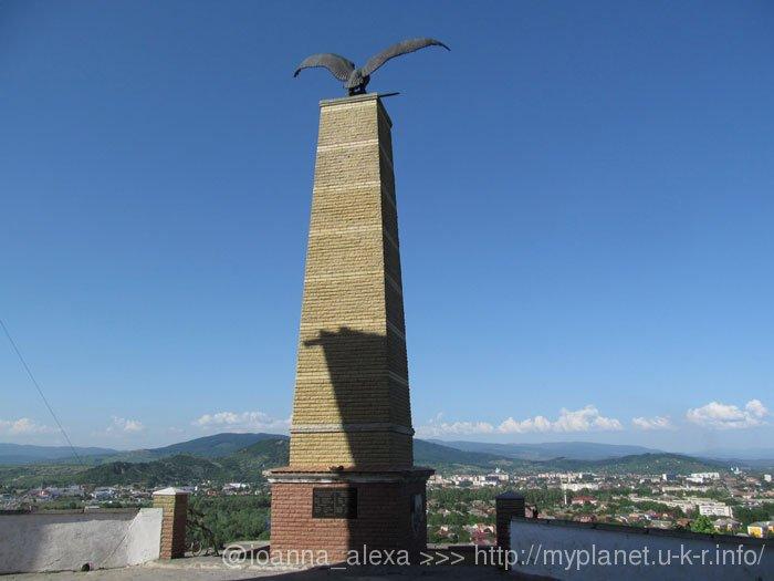 Памятник Турулу на громадном постаменте