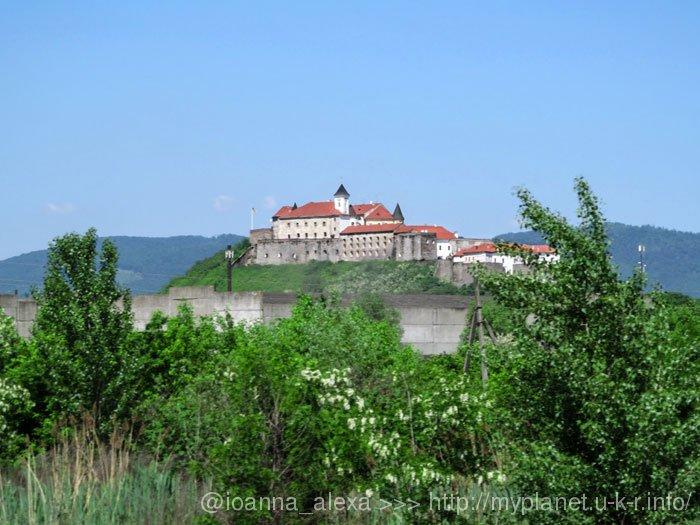 Замок Паланок на пагорбі, десь там... далеко...