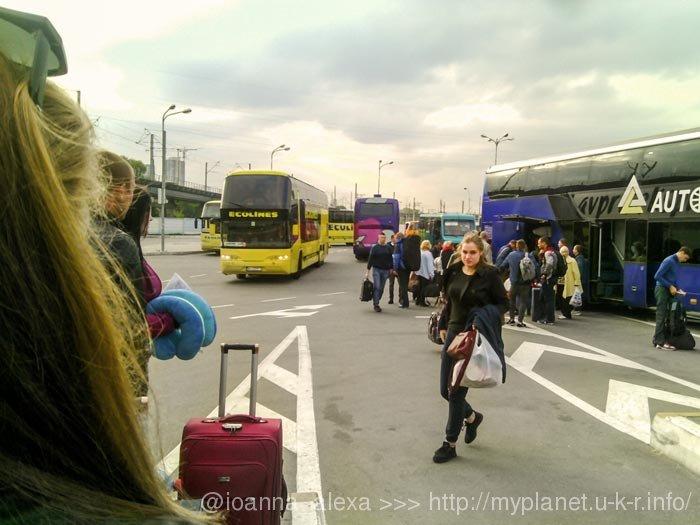 Погрузка-выгрузка пассажиров на автовокзале «Выдубычи» в Киеве