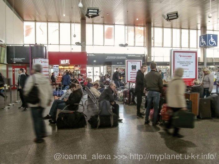 Пасажири в залі очікування Dworzec Autobusowy Warszawa Zachodnia