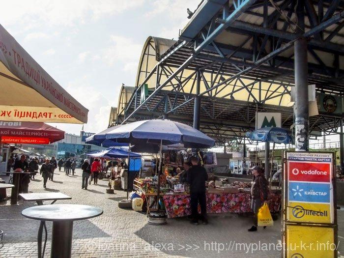 Ринок біля виходу з метро «Видубичі»