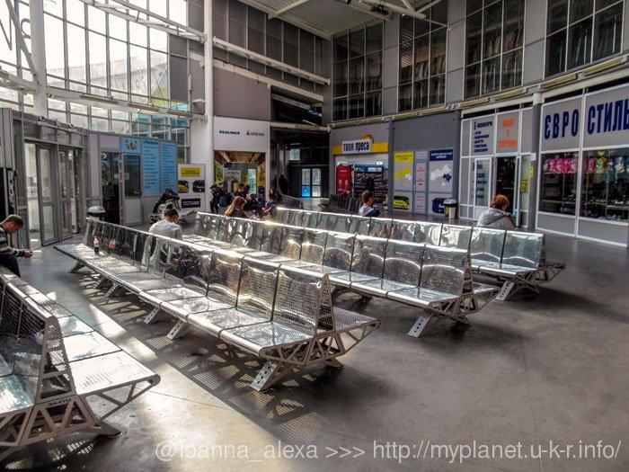 Зал очікування автостанції Видубичі в Києві