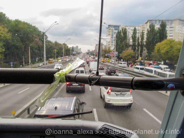 Вид з переднього вікна автобуса на вулиці Києва