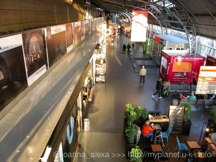 Первый большой зал внутри Warsaw Modlin Airport