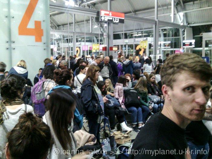 Толпа людей, ожидающих посадку на рейсы в Барселону и Порто из Варшавы