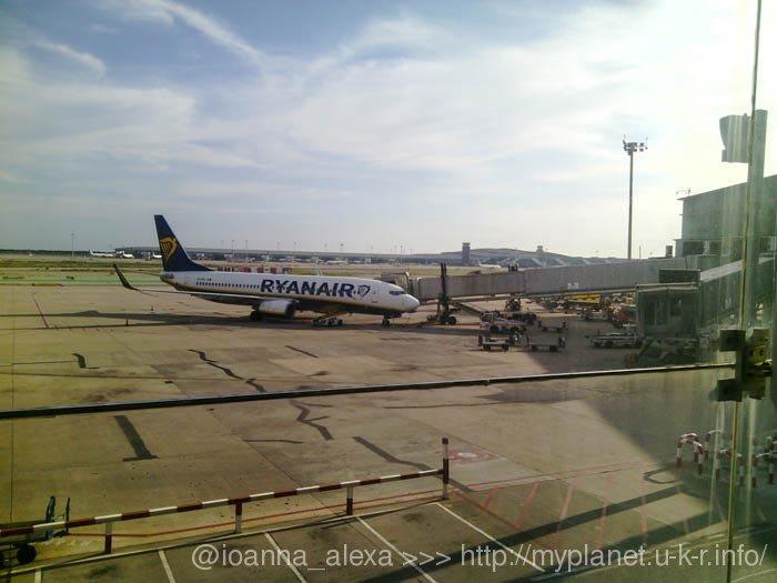Самолеты за окном в аэропорту El Prat