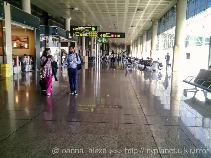 Внутри терминала Т2В в аэропорту Барселоны