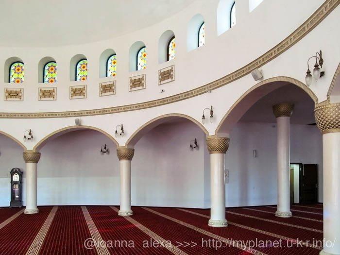 Білі колони з золотим декором та вітражні вікна під куполом