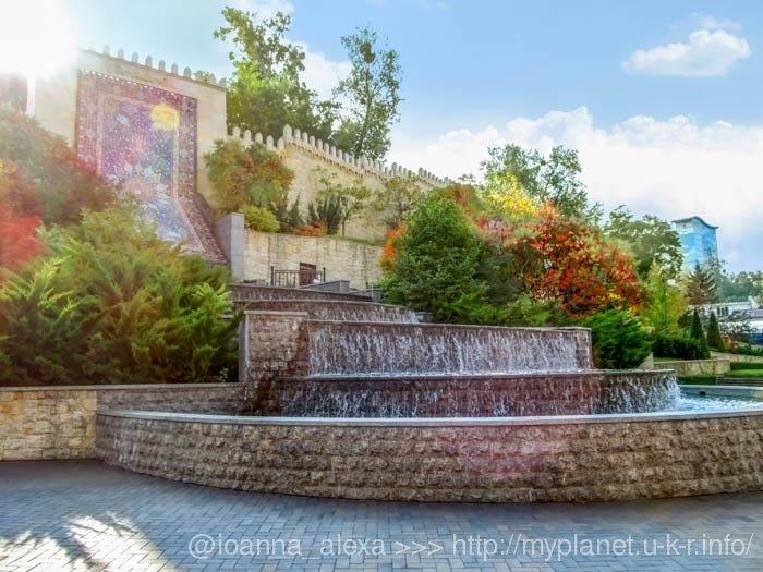 Большой каскадный фонтан в виде ковра в парке Гейдара Алиева