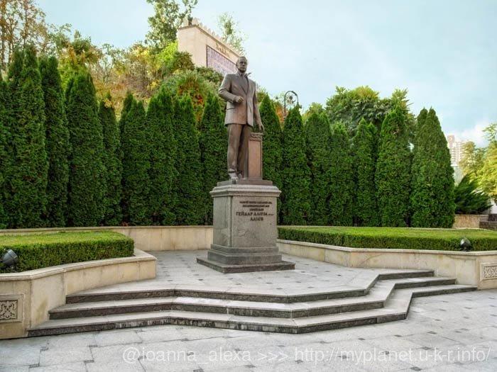 Скульптура президента Азербайджана Гейдара Алирза оглы Алиева в Киеве