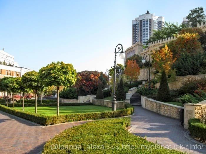 Зеленый оазис с экзотическими растениями в центре Киева в солнечный осенний день
