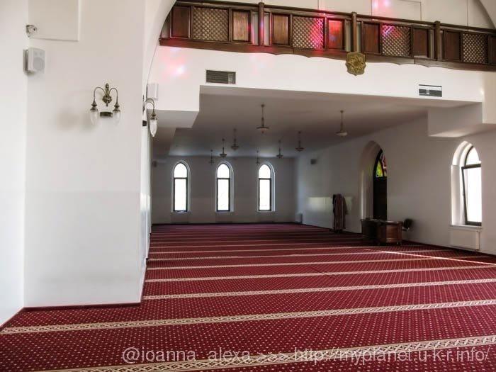 Усередині мечеті Ар-Рахма в Києві