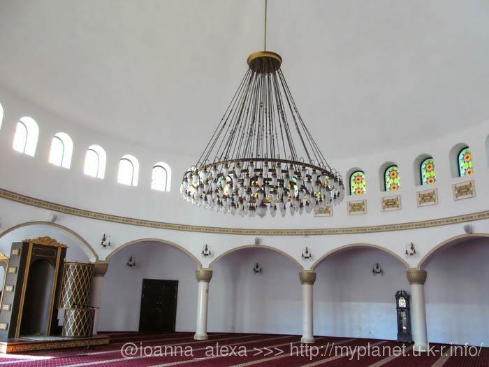 Громадная люстра под потолком в молитвенном зале мечети Ар-Рахма