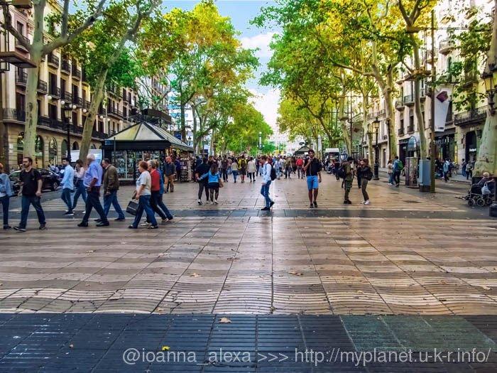 Излюбленная туристами пешеходная улица Рамбла (кат. Rambles) в Барселоне