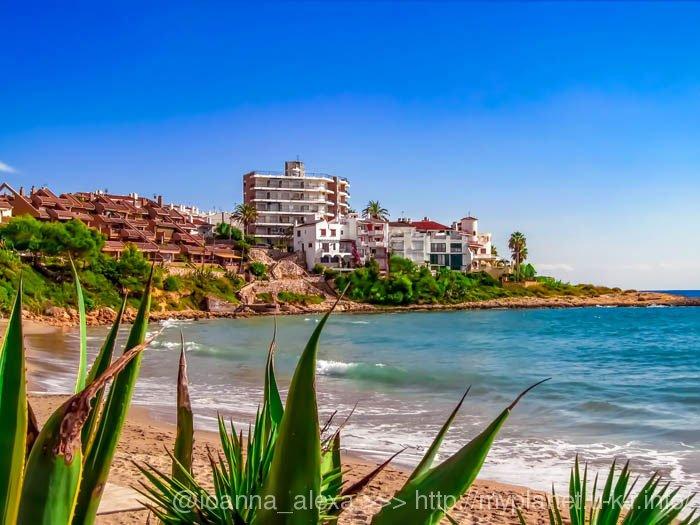 Вид на гостиничные комплексы на берегу Средиземного моря на пляже Альтафулья (кат. Altafulla)