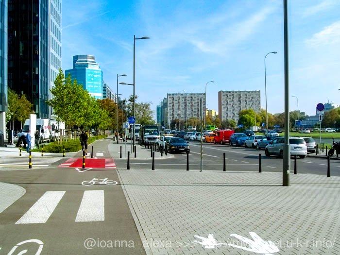 Широкая улица возле вокзала Варшава-Заходня