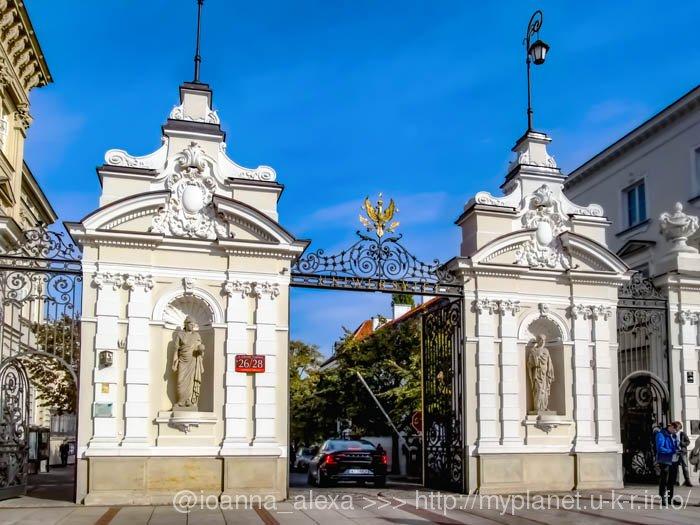 Вход на территорию Варшавского Университета возле Дворца Уруских