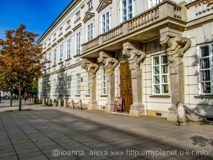 Атланты держат балкон на западном фасаде Дворца Тышкевичей-Потоцких, ныне принадлежащего Варшавскому Университету