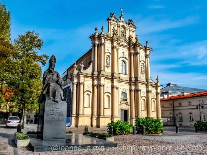 Скульптура Стефана Визжинского перед Костёлом визиток в Варшаве