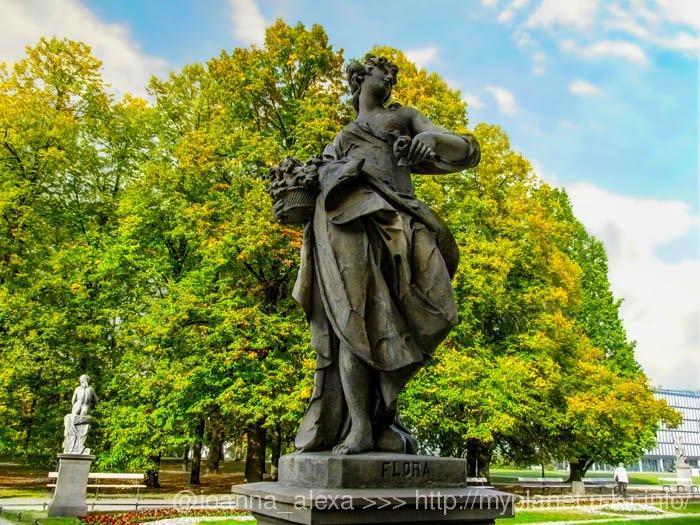 Скульптура богини Флоры из песчаника в стиле рококо в Саксонском Саду в Варшаве