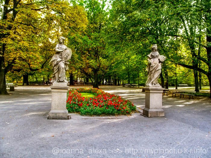 И еще две богини на фоне осеннего парка