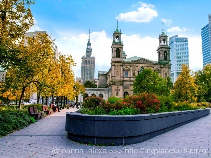 Церковь Всех Святых в Варшаве и Сталинская высотка на фоне