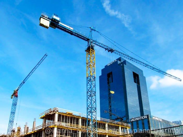 Стройка нового здания в Варшаве возле небоскреба Warta