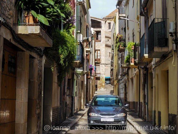 Современное авто интересно смотрится на средневековой улице испанского городка Таррега