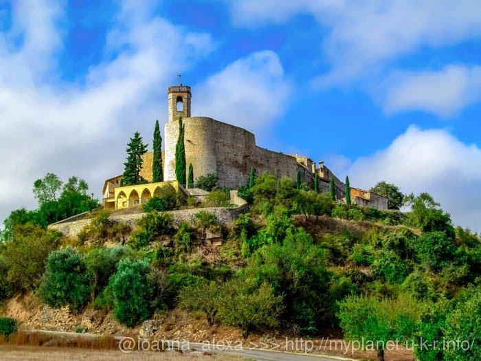 Так выглядит поселения Вила-Клоза Монфалько-Муральят (кат. Montfalcó Murallat) в Каталонии