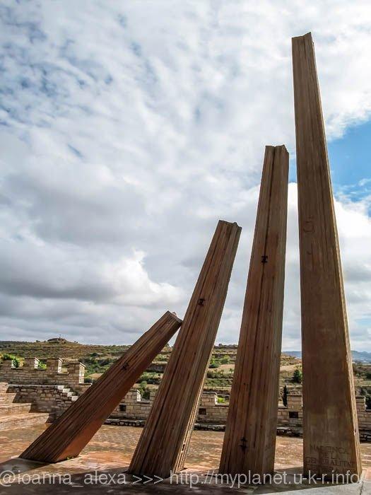 Современный памятник созданию Генералитета Каталонии в 1359 году в Сервере
