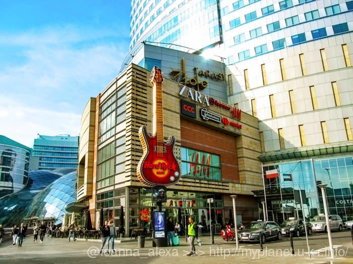 Достаточно примечательная вывеска кафе Hard Rock в торговом центе Золотые террасы в Варшаве
