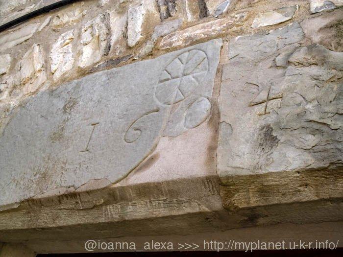 Высеченный на стене здания 1604 год