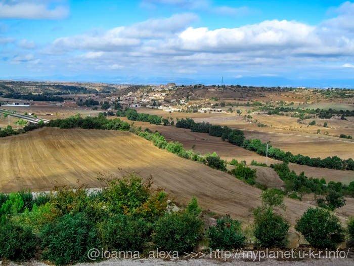 Отличный вид с холма, на котором стоит крепость Montfalcó Murallat